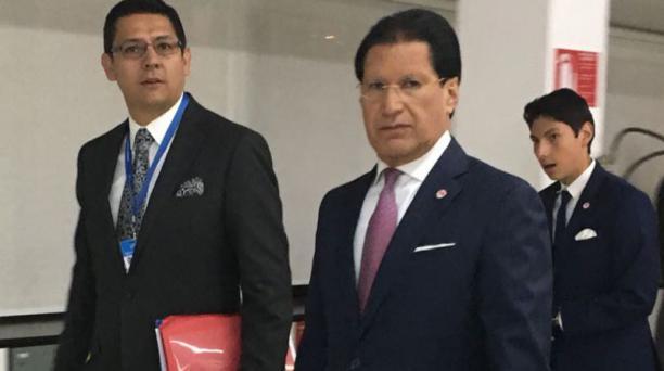 Washington Pesántez es escoltado por colaboradores de Grupo EL COMERCIO hasta el set de Televicentro.