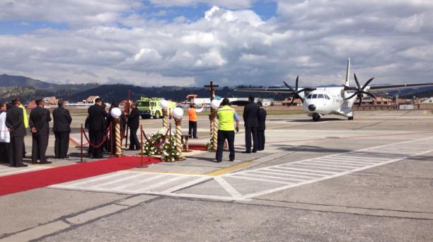 Arribo de los restos mortales de Monseñor Alberto Luna Tobar al Aeropuerto Mariscal La Mar, en Cuenca. Foto: Xavier Caivinagua/PARA EL COMERCIO