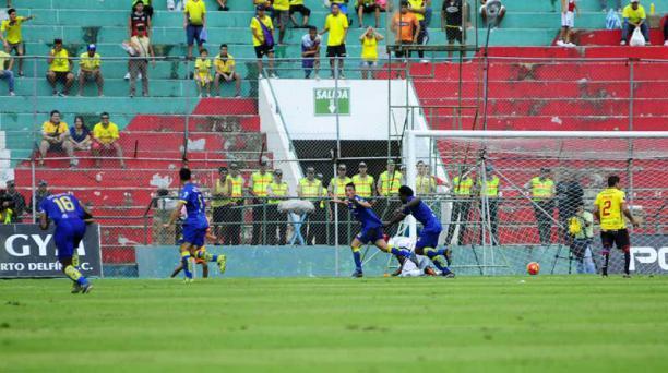 Los jugadores del Delfín festejan el gol de Jacob Murillo ante Barcelona SC. Foto: Ariel Ochoa / API