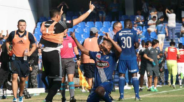 Bruno Vides se arrodilla en su celebración tras anotar ante Liga de Quito. Foto: Mario Faustos/ EL COMERCIO