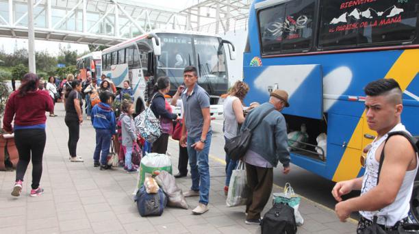 Los viajeros comenzaron a llegar desde el mediodía del martes 28 de febrero a la terminal terrestre de Quitumbe, después del feriado de carnaval. Foto: Paúl Rivas / EL COMERCIO
