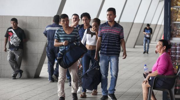 Los viajeros comenzaron a llegar desde el mediodía del martes 28 de febrero a la terminal terrestre de Guayaquil, después del feriado de carnaval. Foto: Enrique Pesantes / EL COMERCIO