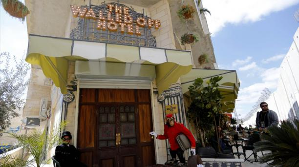 Vista de la entrada al hotel Walled-Off, ubicado en plena Cisjordania. Foto: Agencia AFP