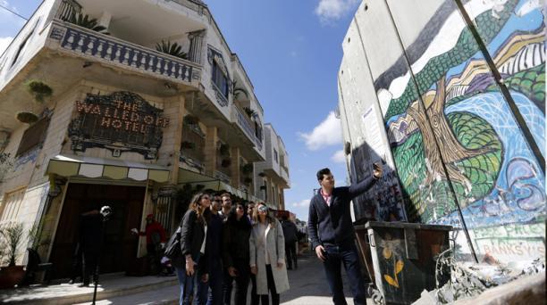 El hotel ideado por el artista callejero Bansky está ubicado a un lado del muro que separa Cisjordania del territorio israelí. Foto: Agencia AFP