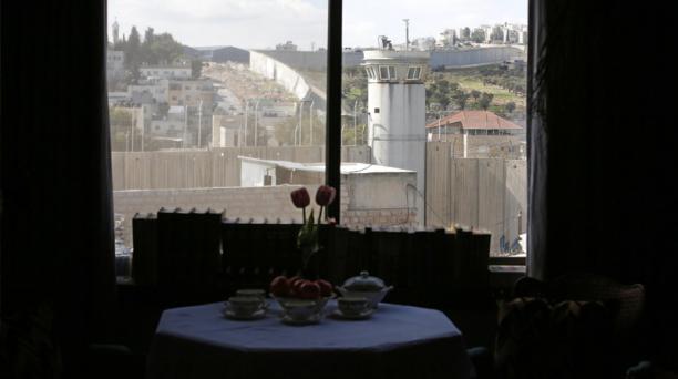 Todas las habitaciones del hotel tienen vista al gigante muro que separa ambos territorios y que está bajo una fuerte vigilancia militar. Foto: Agencia AFP