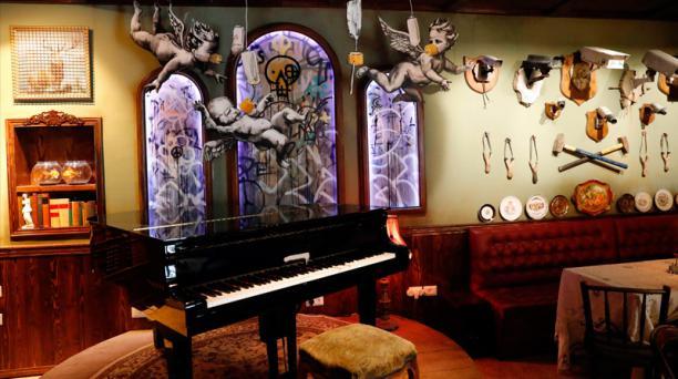 Un piano fue ubicado en medio de una de las salas principales del Walled-Off. Foto: Agencia AFP
