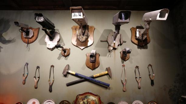 Cámaras de seguridad, martillos y otras armas caseras son exhibidos en una de las paredes del hotel. Foto: Agencia AFP