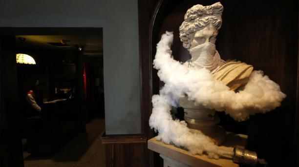 Una estatua simula una escultura de estilo clásico, pero con un retoque contemporáneo palestino: Una bomba de gas lacrimógeno y un pañuelo para cubrirse del humo. Foto: Agencia AFP