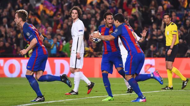 El delantero brasileño Neymar del FC Barcelona y el delantero uruguayo Luis Suárez celebran su segundo gol en el partido de ida de la UEFA Champions League, el FC Barcelona, frente al Paris Saint-Germain el 8 de marzo de 2017. AFP