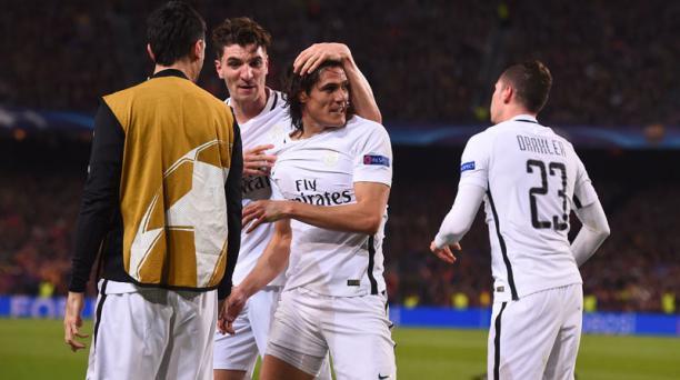 El delantero uruguayo Edinson Cavani (segundo der.) del París Saint-Germain celebra con sus compañeros de equipo después de anotar su primer gol durante la ronda de la UEFA Champions League el partido de fútbol de la segunda vuelta FC Barcelona contra el