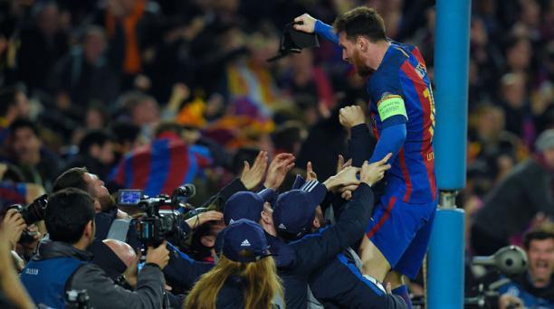 El delantero argentino del FC Barcelona, Lionel Messi, celebra su victoria al final de la ronda de octavos de final de la UEFA Champions League FC Barcelona contra el Paris Saint-Germain en el estadio Camp Nou de Barcelona el 8 de marzo de 2017. AFP