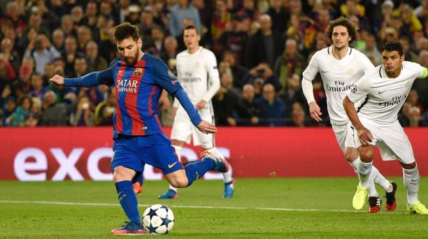 El delantero argentino del FC Barcelona, Lionel Messi, marcó desde el punto penal durante el partido de fútbol de la UEFA Champions League, el FC Barcelona frente al Paris Saint-Germain, el 8 de marzo de 2017 en el Camp Nou. AFP