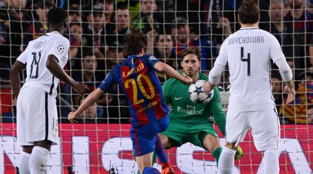 El mediocampista del FC Barcelona Sergi Roberto (segundo der.) anota un gol durante la ronda de la UEFA Champions League de 16 partidos de ida partido FC Barcelona vs. Paris Saint-Germain en el estadio Camp Nou de Barcelona el 8 de marzo de 2017. AFP