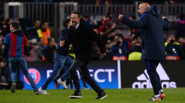 El entrenador del FC Barcelona, Luis Enrique (centro), celebra su victoria por 6-1 al final del cotejo de la UEFA Champions League entre el FC Barcelona contra el Paris Saint-Germain FC en el estadio Camp Nou de Barcelona el 8 de marzo de 2017. AFP