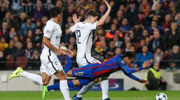El delantero brasileño del FC Barcelona, Neymar, cae ante el defensor belga Thomas Meunier (centro) y el defensa brasileño Thiago Silva del París Saint-Germain durante el partido de vuelta de los octavos de final de la UEFA Champions League contra el Pari