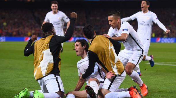 El delantero uruguayo de París Saint-Germain Edinson Cavani (centro, abajo) celebra su primer gol en el partido de los octavos de final de la UEFA Champions League entre el FC Barcelona vs. Paris Saint-Germain FC en el estadio Camp Nou de Barcelona el 8 d