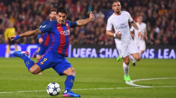 El delantero uruguayo del FC Barcelona, Luis Suárez, patea el balón durante el partido de los octavos de final entre el FC Barcelona ante el Paris Saint-Germain FC en el estadio Camp Nou de Barcelona el 8 de marzo de 2017. AFP