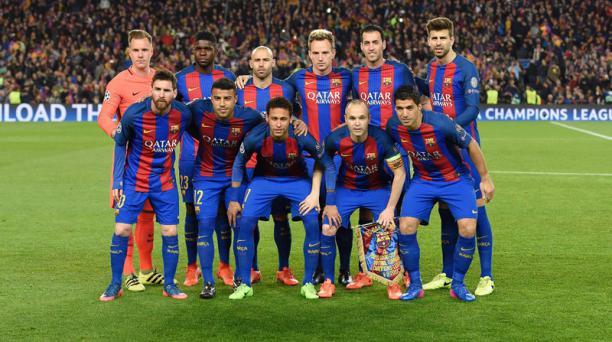 Los jugadores del FC Barcelona posan antes del partido de fútbol entre el FC Barcelona ante el Paris Saint-Germain FC en el estadio Camp Nou de Barcelona el 8 de marzo de 2017. AFP