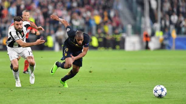 El defensa del Mónaco, Djibril Sidibe, mira el balón durante el partido de vuelta de la UEFA Champions League, entre el Juventus vs Monaco, el 9 de mayo de 2017 en el estadio Juventus de Turín