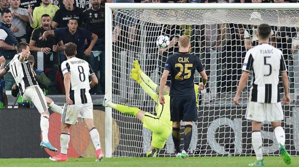 El jugador de Juventus Mario Mandzukic (izq.) anota un gol hoy, martes 9 de mayo de 2017, durante un partido por la semifinal de la Liga de Campeones de la UEFA, entre Juventus y Mónaco, en Turín (Italia)