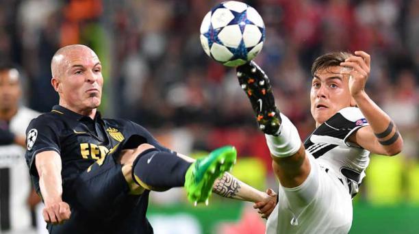 El defensa italiano del Mónaco, Andrea Raggi (izq.), pelea por el balón con el delantero de la Juventus, el argentino Paulo Dybala, durante el partido de ida de la UEFA Champions League Juventus contra Mónaco, el 9 de mayo de 2017 en el estadio Juventus d