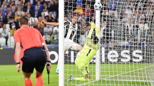 El jugador de Juventus Mario Mandzukic anota un gol hoy, martes 9 de mayo de 2017, durante un partido por la semifinal de la Liga de Campeones de la UEFA, entre Juventus y Mónaco, en Turín (Italia).