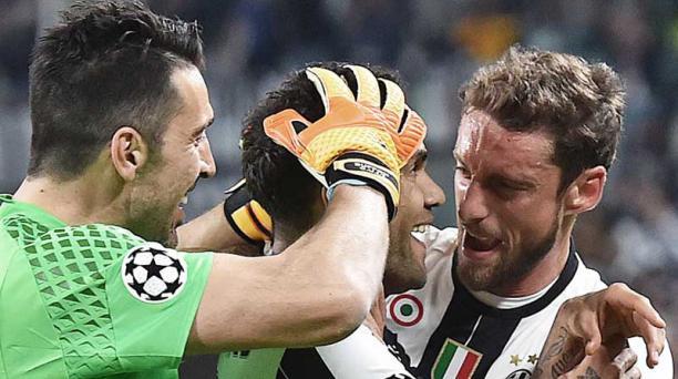 El jugador de Juventus Dani Alves (cent.) celebra con el portero Gianluigi Buffon (izq.) y Claudio Marchisio (der.) después de anotar un gol hoy, martes 9 de mayo de 2017, durante un partido por la semifinal de la Liga de Campeones de la UEFA, entre Juven