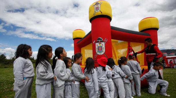 Los pequeños hacen fila para entrar al saltarín inflable instalado por el Cuerpo de Bomberos. Foto: Vicente Costales / EL COMERCIO
