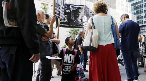 Los manifestantes se concentraron el 1 de junio del 2017 frente a la Torre Trump de Nueva York. Foto: EFE