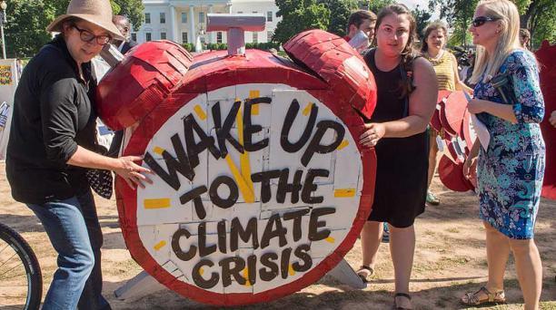 En Washington manifestantes protestaron con carteles durante una concentración frente a la Casa Blanca. Foto: AFP
