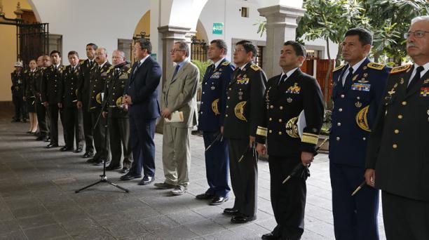 Los ministros César Navas y Miguel Carvajal encabezaron las comitivas de los uniformados a su llegada al Palacio de Gobierno. Foto: Alfredo Lagla/ EL COMERCIO