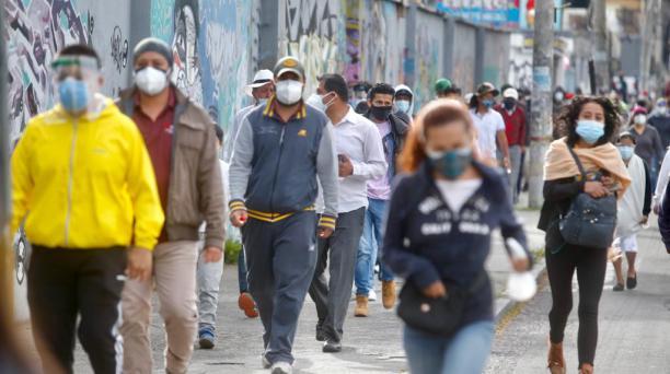 Ciudadanos en los exteriores del Colegio Central Técnico acuden a sufragar. Foto: Diego Pallero / El Comercio