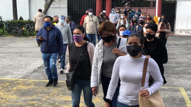 Las personas ingresaron al Colegio Central Técnico, norte de Quito, en dos filas: una de hombres y otra de mujeres. Foto: Diego Pallero / El Comercio