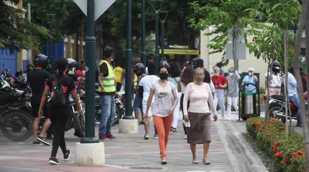 La ciudadanía acude a votar a la Universidad de Guayaquil, uno de los recintos electorales más grandes de la urbe porteña. Enrique Pesantes / El COMERCIO
