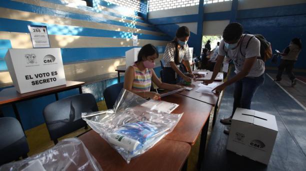Los miembros de las Juntas Receptoras del Voto (JRV) conformaron sus mesas antes de dar paso a los sufragantes. Foto: Enrique Pesantes / El Comercio