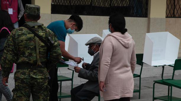 Los adultos mayores también concurrieron a sufragar con ayuda de personas de su confianza. Foto: Galo Paguay / El Comercio