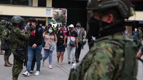 La presencia militar es una constante en cada recinto electoral. Foto: Galo Paguay / El Comercio