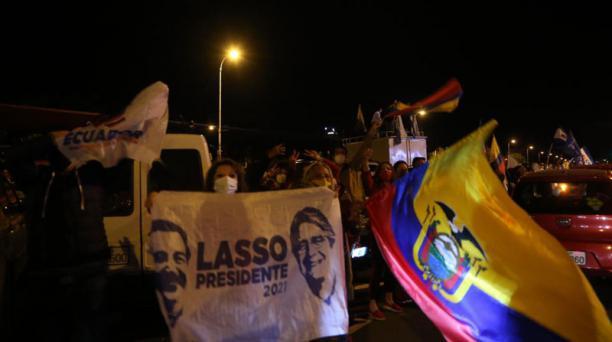 Simpatizantes del presidente electo Guillermo Lasso festejaron en la avenida De Los Shyris, en el norte de Quito, la noche de este domingo 11 de abril del 2021. Foto: Vicente Costales / EL COMERCIO