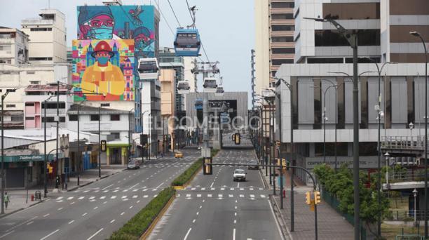 El sábado 24 de abril de 2021, las caóticas avenidas 9 de Octubre, Machala y Quito lucen desoladas en Guayaquil. Foto: Enrique Pesantes/ EL COMERCIO