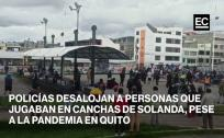 Policías desalojan a personas que jugaban en canchas de Solanda, pese a la pandemia del covid-19 en Quito