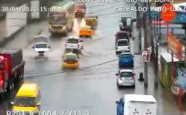 Fuerte lluvia dificulta el paso de vehículos en la avenida Ilaló, en valle de Los Chillos