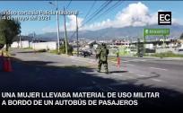 Agentes expertos en explosivos usaron trajes especiales para revisar material militar que llevaba una pasajera
